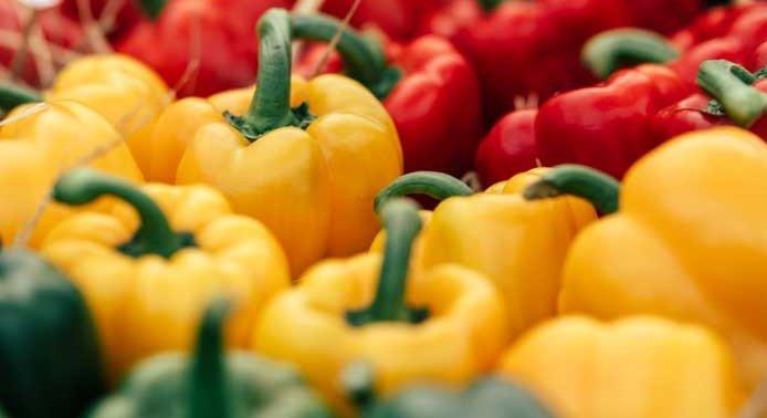 Gemüsepaprika in Rot, Geld und Grün